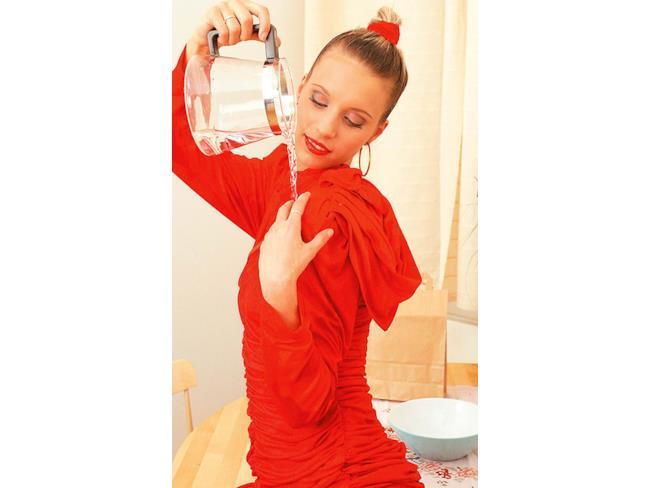 Scena iniziale di un film per adulti con doccia vestiti