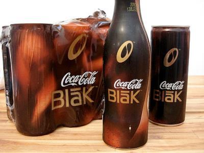 Una confezione di Coca Cola Blak