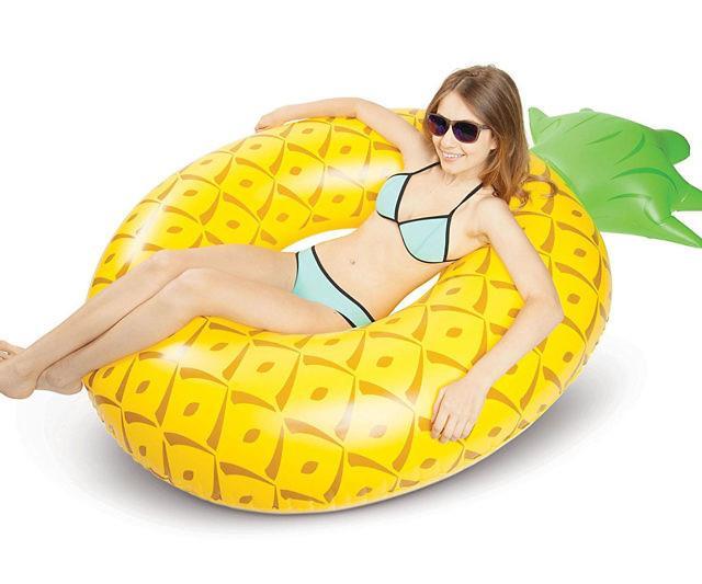 Una ragazza sdraiata sul materassino ananas