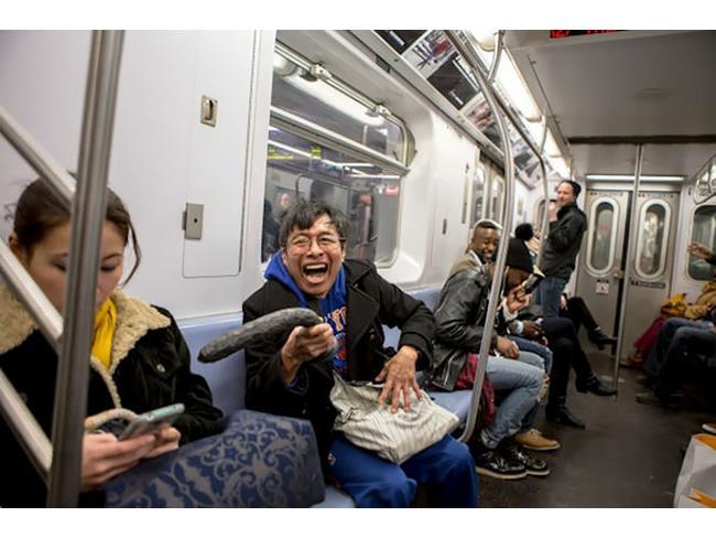 Un uomo sorride con un vibratore