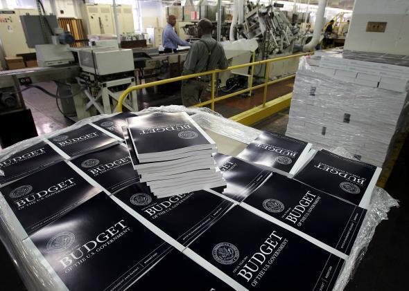 Pila di budget americani stampati con il font sbagliato