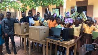 I computer donati alla scuola dell'insegnante Akoto per premiare il suo coraggio