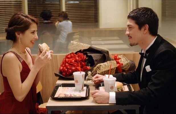 Coppia elegante in un ristorante Burger King