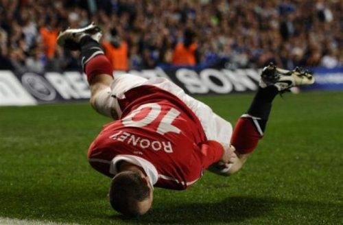 Rooney che cade rovinosamente