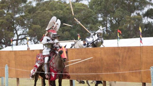 Due cavalieri si scontrano alle giostre