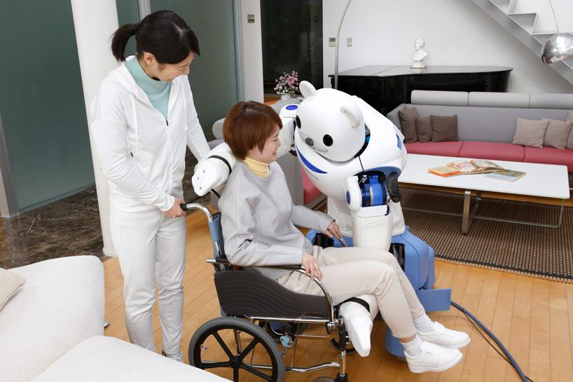 ROBEAR aiuta una paziente in carrozzina