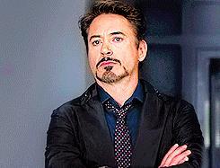 Tony Stark è annoiato dal discorso - GIF di reazione ai commenti, le più divertenti da usare su Whatsapp e Facebook