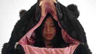 Il sacco a pelo a forma di orso di Eiko Ishizawa