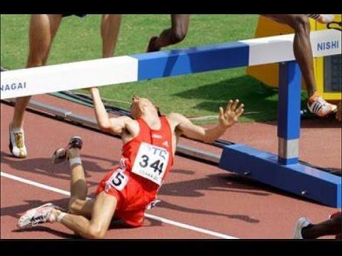 un corridore cade durante una gara di atletica