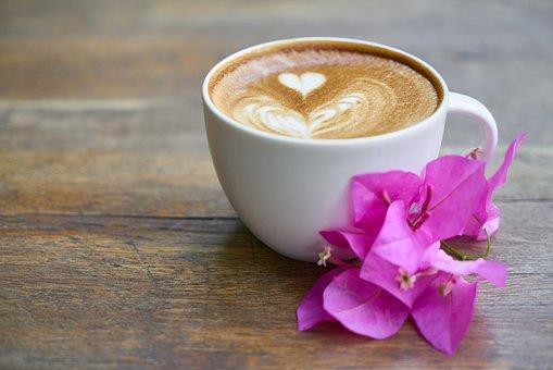 Una tazzina di caffè con la schiuma a forma di cuore