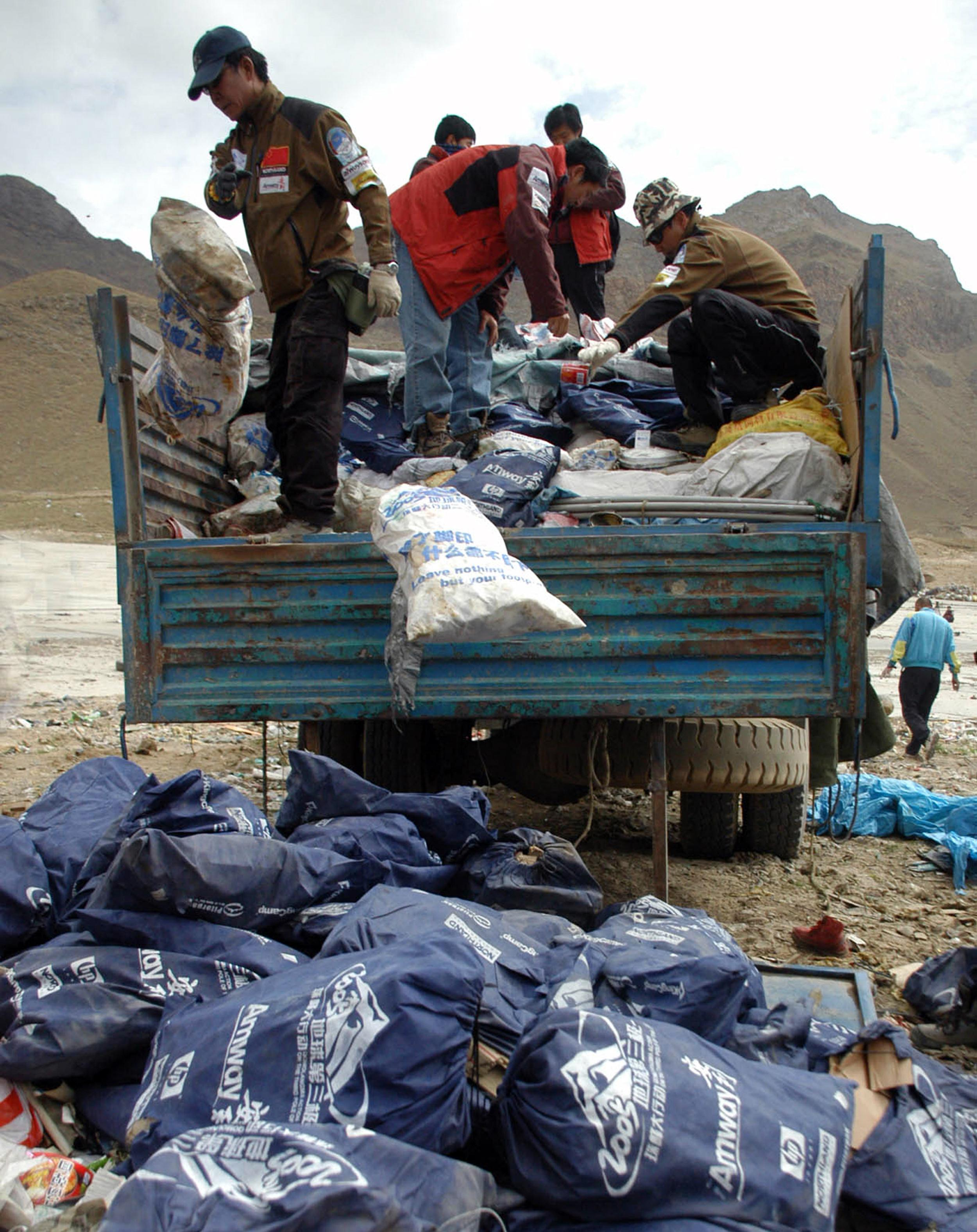 Volontari cinesi portano i rifiuti via dall'Everest