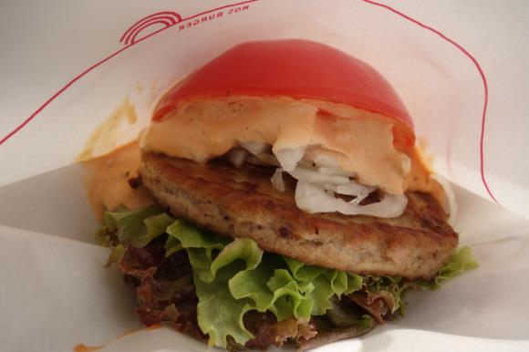 Primo piano del Mos Burger coi pomodori al posto del pane