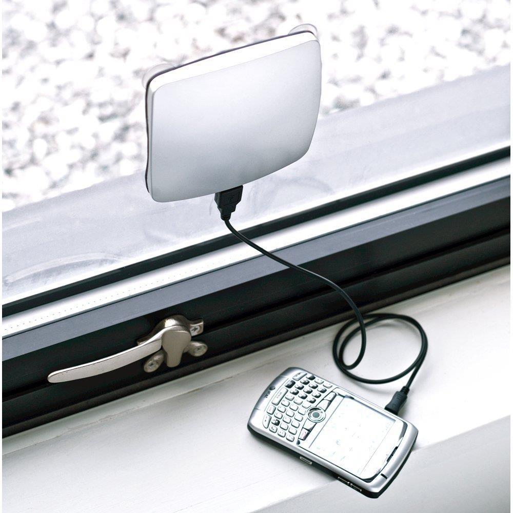 Uno smartphone si carica usando il caricatore solare da finestra