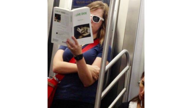 Una ragazza con un libro