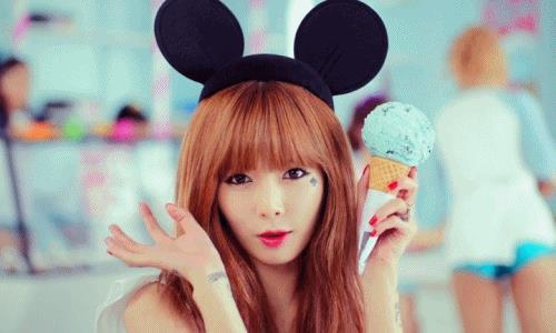 GIF giapponese con orecchie di Topolino e gelato in mano