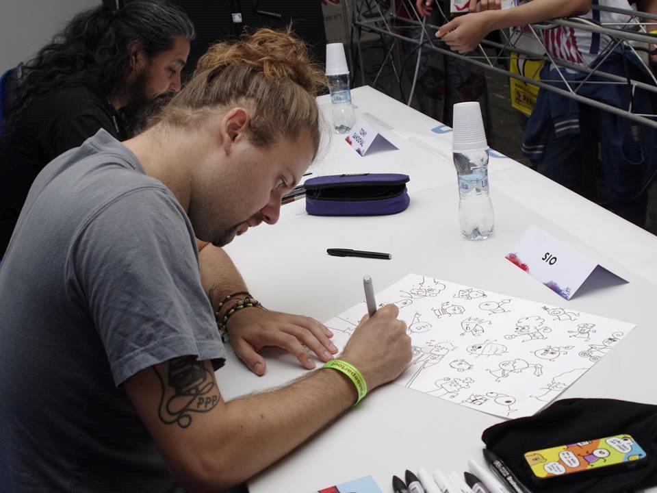Sio autografa le proprie creazioni
