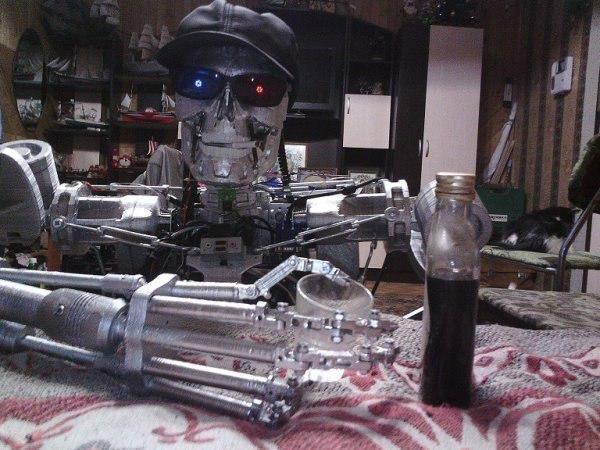 Il T-800 mentre si vede un bicchiere di vodka