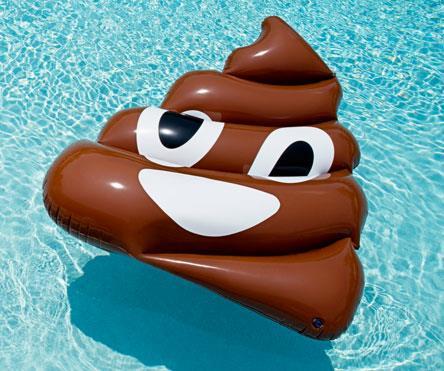 Il materassino a forma di emoji della cacca