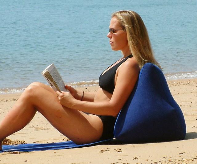 Una ragazza usa il cuscino da spiaggia