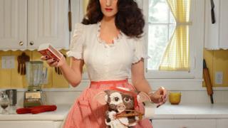 Christine McConnell con una torta a forma di Gizmo