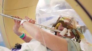 Anna Henry suona il flauto mentre viene operata al cervello