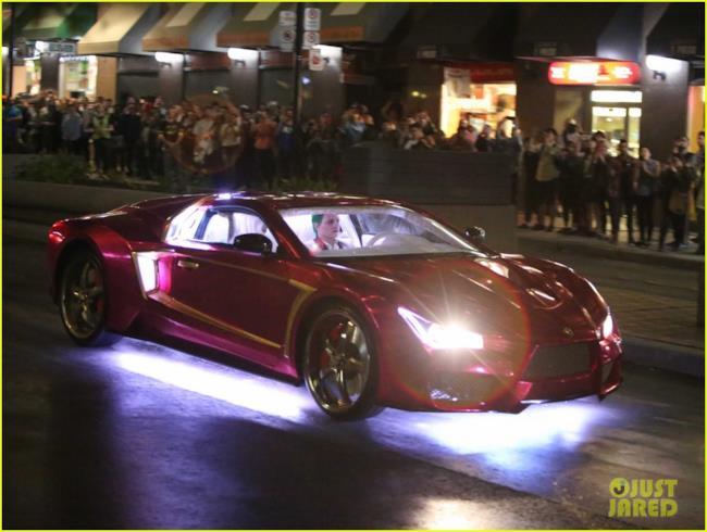 Uno stuntman guida l'auto del Joker sul set di Suicide Squad