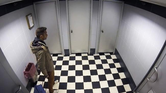 Persona intrappolata nei bagni all'aereporto di Malpensa per la pubblicità di Yovis Viaggio