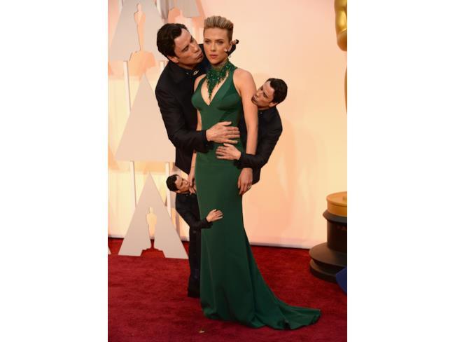 John Travolta bacia Scarlett Johansson moltiplicato con Photoshop