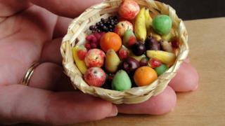 Un bel cesto di frutta colorata