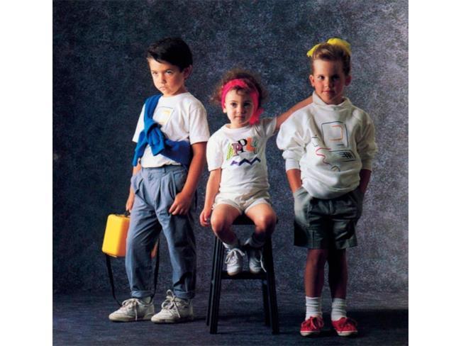 Alcuni bambini posano per Apple