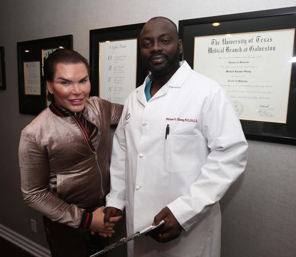 Rodrigo Alves e il dottor Obeng prima dell'intervento