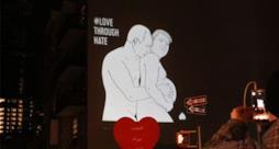 Pubblicità che mostra Trump e Putin che si abbracciano
