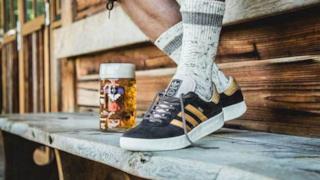 """Le scarpe """"a prova di birra e vomito"""""""