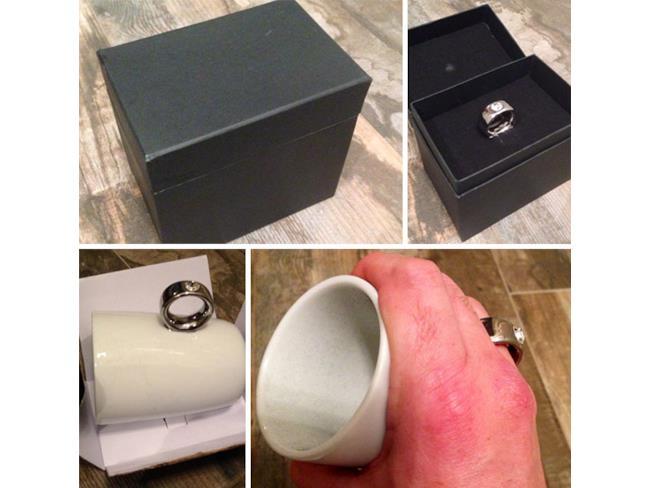 Una tazza con un anello