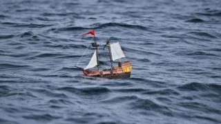 Nave Playmobil cullata dal mare