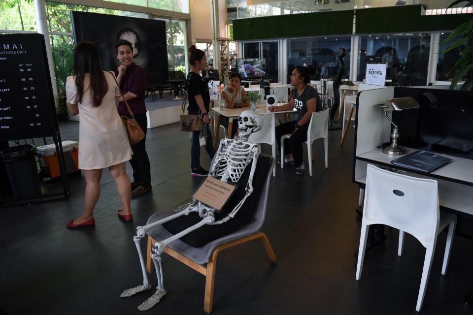 Uno scheletro seduto al bar