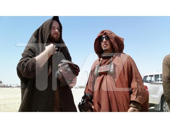 Foto di due comparse sul set di Star Wars 7