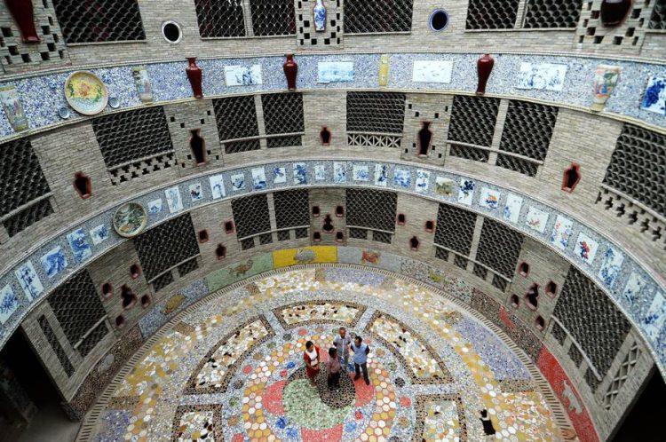 Alcuni visitatori ammirano una sala della casa di ceramica