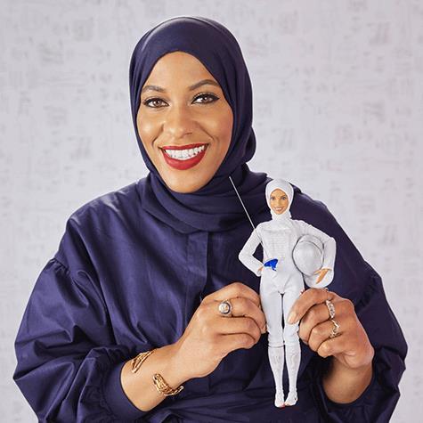 Ibtihaj Muhammad e la Barbie a lei ispirata