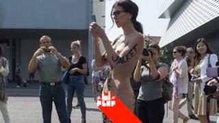 """L'artista che si è """"scritta"""" i vestiti addosso e ha girato nuda per Basilea"""