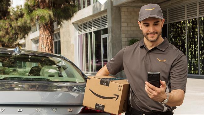 Un corriere consegna un pacco in auto