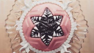 Dolce di gelatina con decorazioni dentate