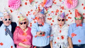 Dei simpatici vecchietti che festeggiano - Immagini di buon compleanno, le più simpatiche da scarica