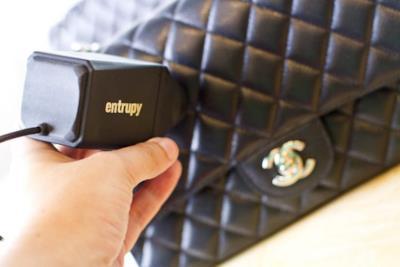Lo scanner portatile in azione su una borsa
