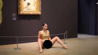 Artista nuda davanti all'Origine del mondo