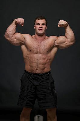 Denis Cyplenkov a torso nudo mostra i muscoli