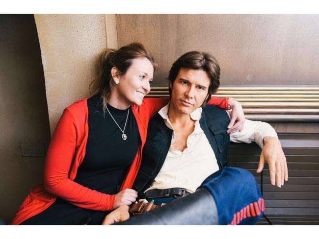 Una fan abbraccia l'Han Solo di cera