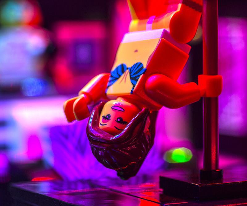 Una ballerina del LEGO strip club