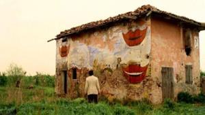 Una scena de La casa dalle finestre che ridono