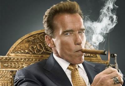 Schwarzenegger mentre fuma un sigaro